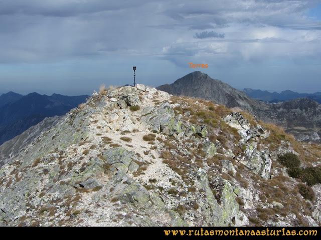 Ruta Pico Toneo y Peña Agujas: Pico Toneo con el Torres asomando por detrás.