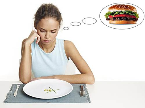 Mujer aguantando hambre queriendo adelgazar