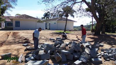 Bizzarri, da Bizzarri Pedras na parte da manhã, escolhendo as pedras folhetas de granito para fazer as guias na rua de pedra em sede da fazenda em Atibaia-SP.