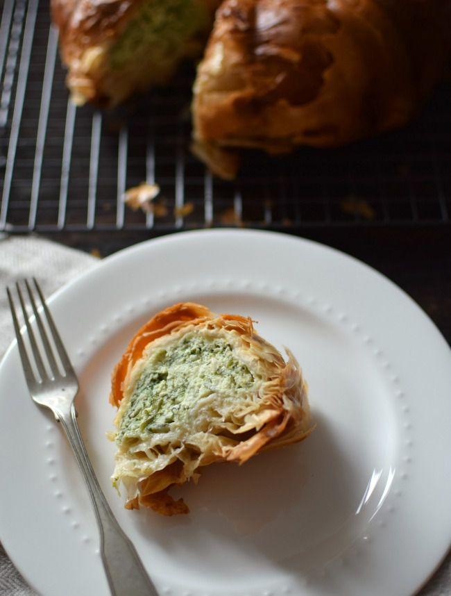 Trozo de pastel de espinacas y ricota con masa filo, una receta ideal para ocasiones especiales