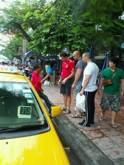 Llegando a un acuerdo con el taxista