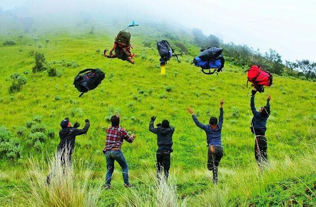 Perlengkapan Mendaki Gunung yang WAJIB Dibawa