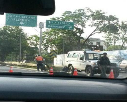 GNB obstaculizando el paso de la #TomadeVenezuela el #26Oct