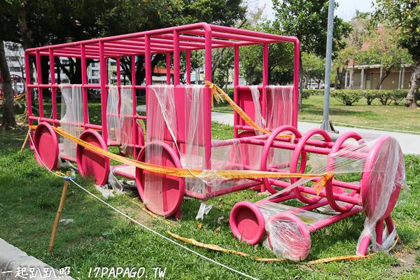 《台中.西屯》福星公園|冰淇淋磨石子溜滑梯|沙坑|粉紅體健設施|小橋流水|特色公園|親子景點|12感官遊具