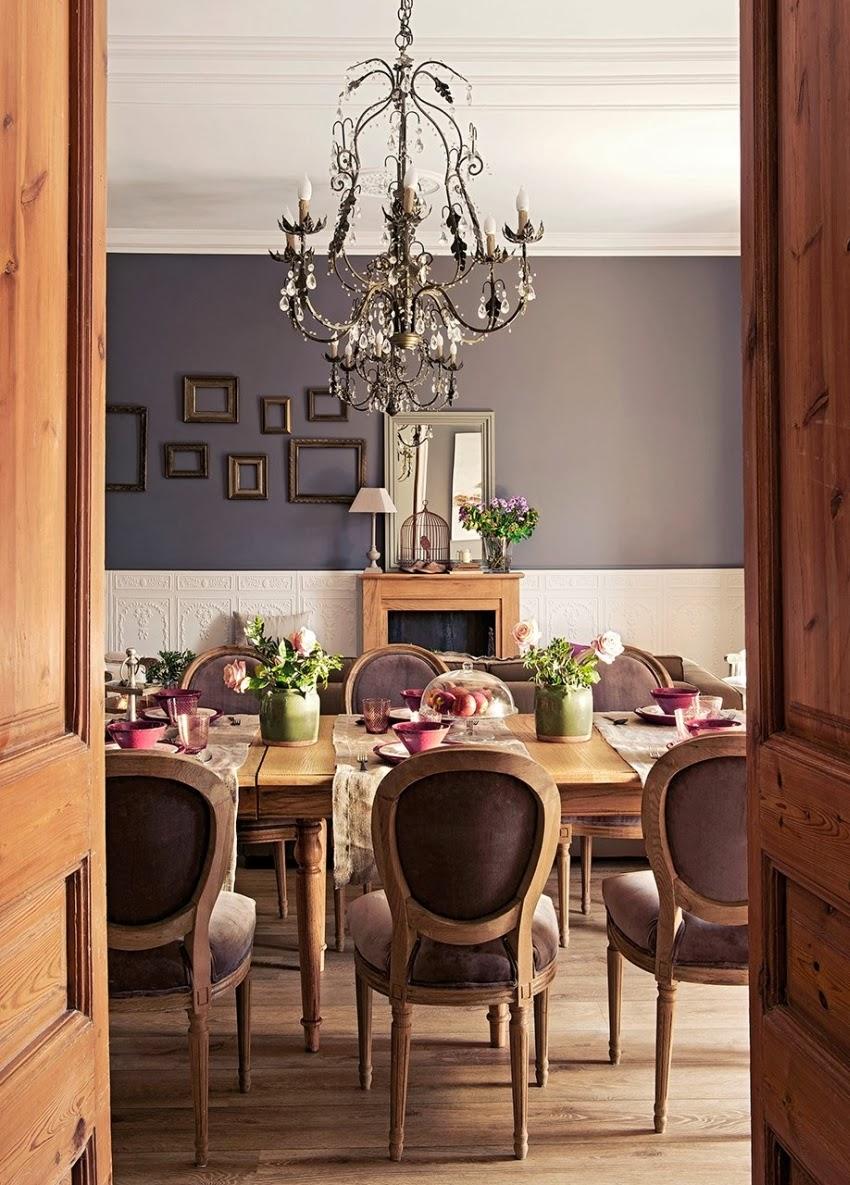 Szykowne wnętrze z misternymi zdobieniami, wystrój wnętrz, wnętrza, urządzanie domu, dekoracje wnętrz, aranżacja wnętrz, inspiracje wnętrz,interior design , dom i wnętrze, aranżacja mieszkania, modne wnętrza, styl klasyczny, sztukaterie, styl francuski, jadalnia, stół, krzesła