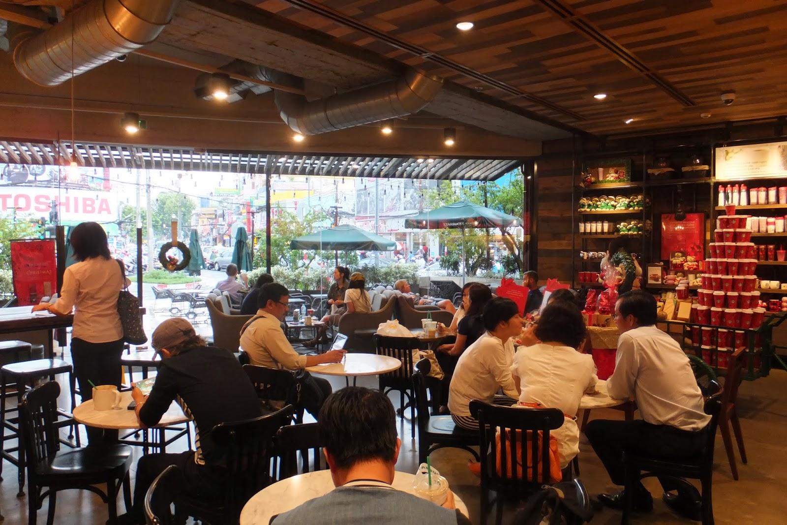 starbucks-coffee-vietnam-first-interior スターバックスコーヒーベトナム第1号店の店内