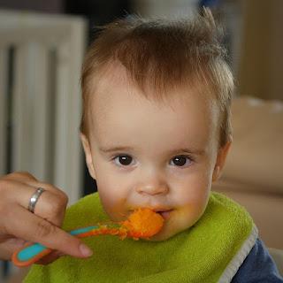 Baby isst Karottenbrei