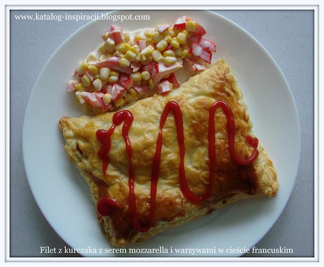 Filet z kurczaka z serem mozzarella i warzywami w cieście francuskim