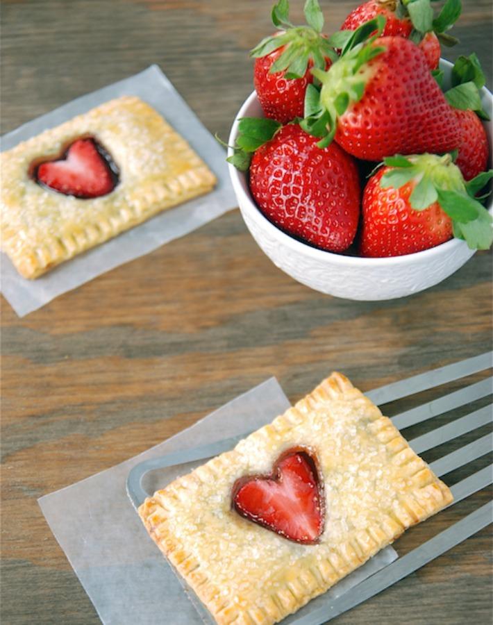 Hojaldre con nutela y corazón de fresa
