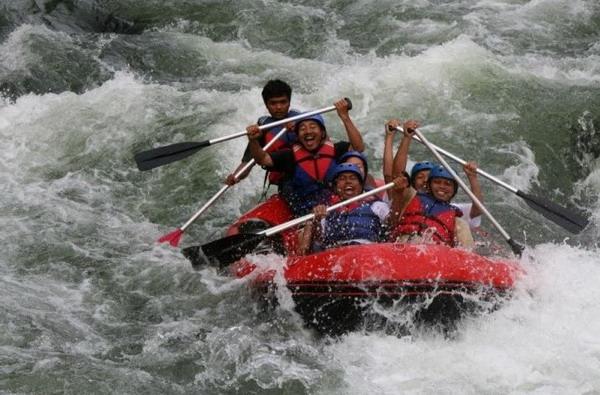 Arung jeram (rafting) di Sungai Batang Tarusan - Sumatra Barat