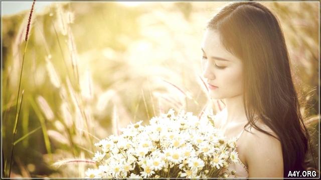ảnh cô gái xinh đẹp đang ngắm bó hoa với rất tâm trạng