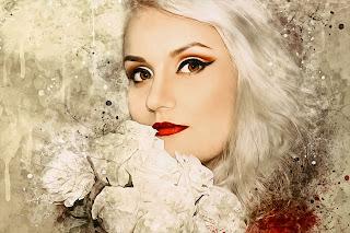Eine attraktive junge Frau mit grauen Haaren