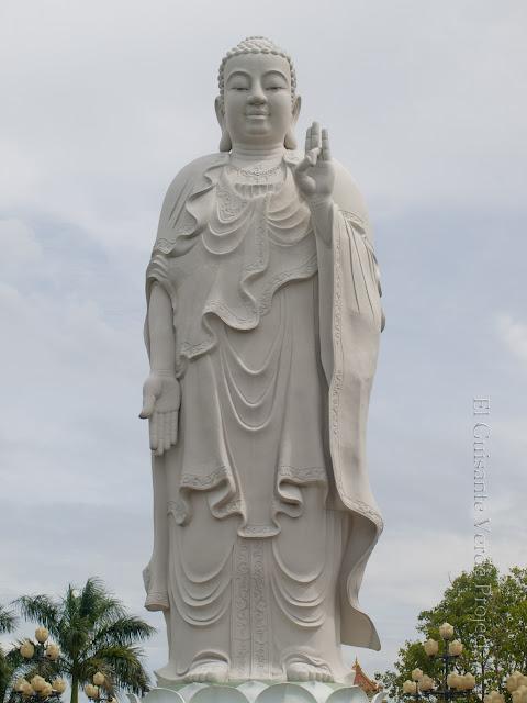 Entrada a Vin Trang Pagoda, buda, por El Guisante Verde Project