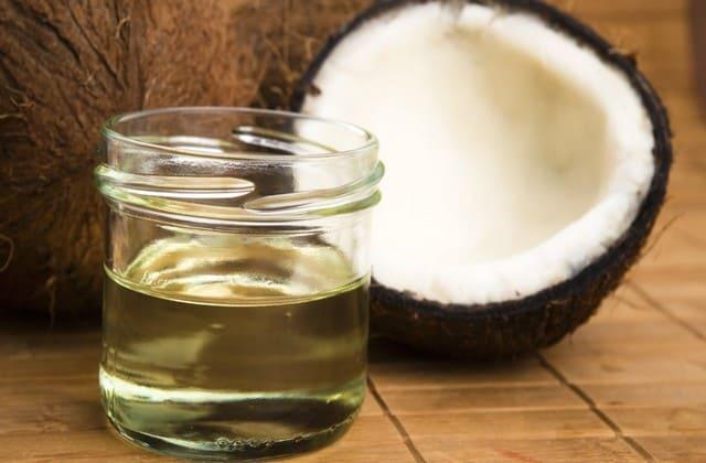 Dibalik baunya yang khas dan kegunaannya untuk memasak, ternyata kamu bisa memanfaatkan minyak kelapa untuk merawat rambut