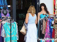 Percakapan Bahasa Inggris tentang Belanja Pakaian buat Bekal Kamu di Luar Negeri