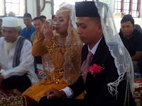 Pasangan Pengantin Menikah dengan Mahar Air Minum ini Bikin Haru Netizen
