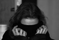 Frau versteckt im Kragen des Pullovers