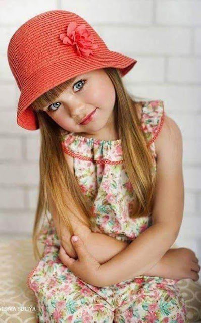 طفل جميل بعيون زرقاء