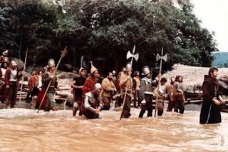 Escena de la película Aguirre, la cólera de Dios, donde se ve a los expedicionarios en busca de El Dorado a la orilla del río Amazonas. Tecnoculturas.com