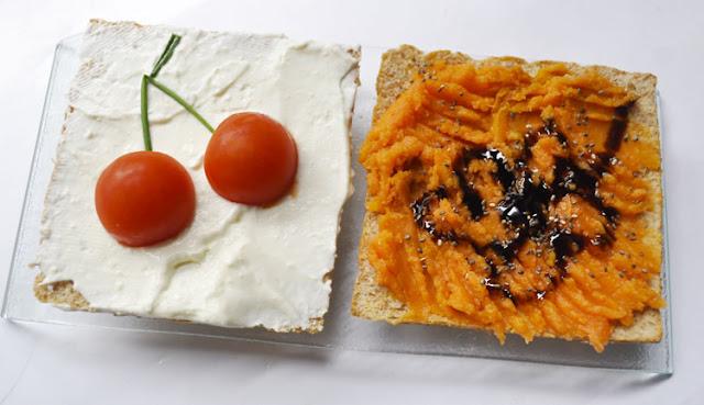una tostada blanca y otra naranja