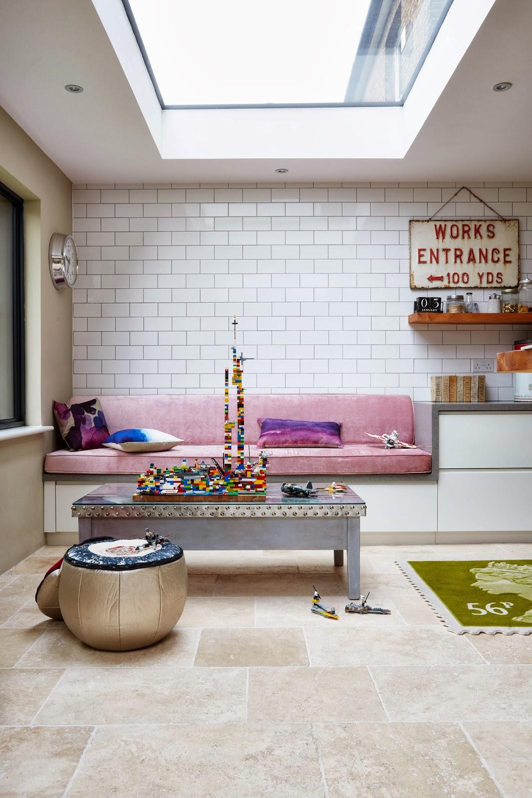 4bb23dab Innebygd slagbenk/sofabenk med verdens deiligste rosafarge i matt fløyel.  Utrolig hvor stor effekt det har, og hvordan fargen varmer opp hele rommet!