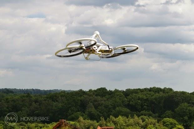 La moto aerea di Malloy cavalcata dal robot