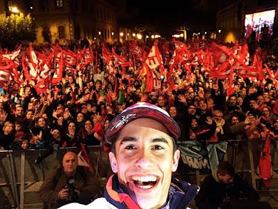 Ribuan Fans Marquez Ejek Rossi di Perayaan Gelar