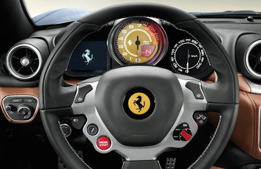 フェラーリ「カリフォルニアT」のインパネ。