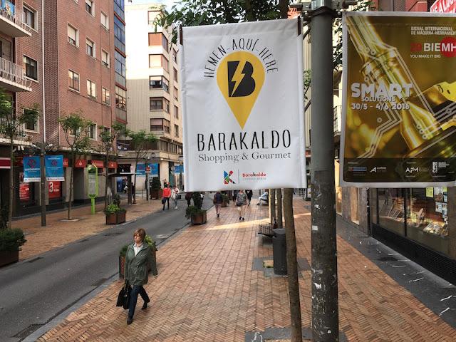 Banderolas de promoción de comercio y hostelería colgadas con motivo de la Bienal de Máquina Herramienta en BEC!