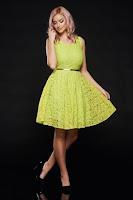 Rochie PrettyGirl verde-deschis de ocazie din dantela cu accesoriu tip curea • PrettyGirl