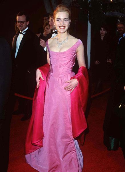 Kate Winslet em sua primeira indicação ao Oscar em 1996 vestido rosa