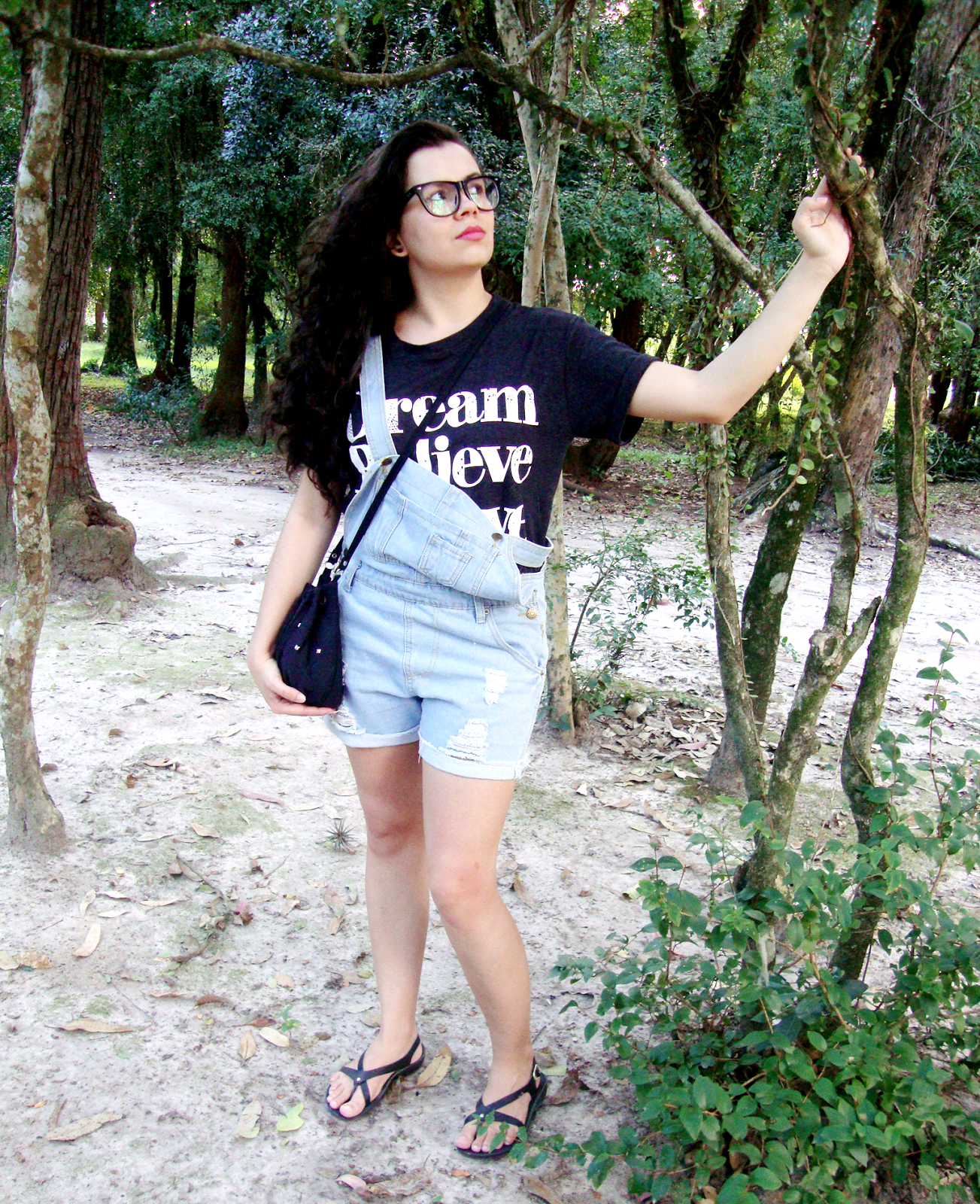Look Jardineira e T-Shirt