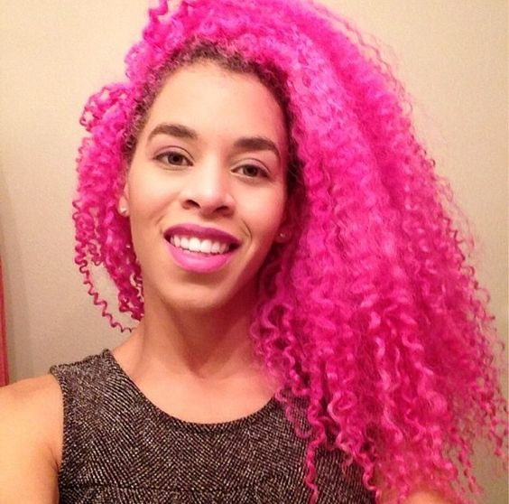 Negra com cabelo black power colorido