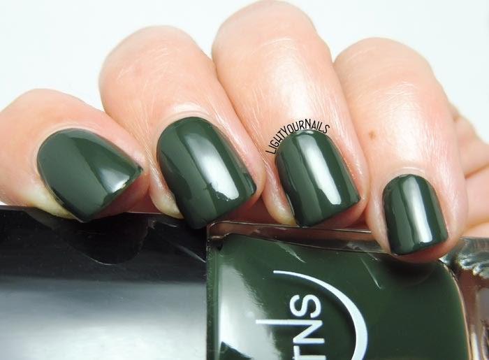 Smalto lacca verde scuro TNS Cosmetics Firenze Foresta dark green creme nail polish #TNSFirenze #TNSCosmetics #TNSGrandTour #lightyournails