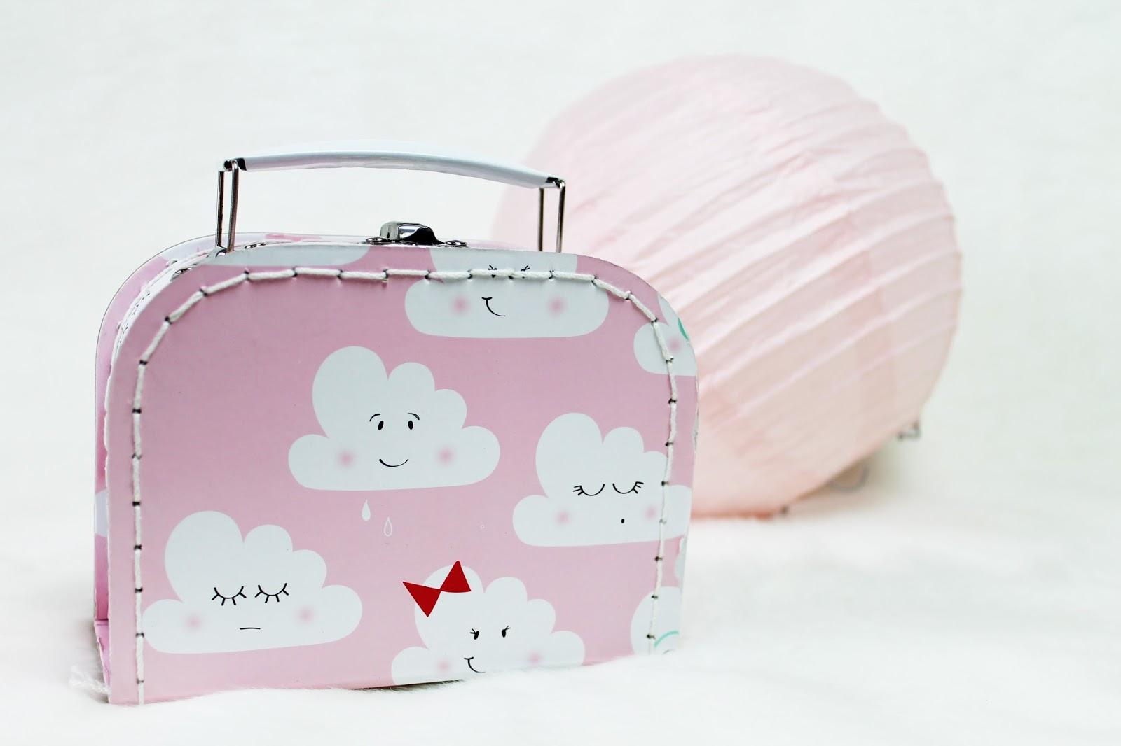 soeurs Sostrene Grene du danemark la défense paris valise valisette rose nuage carton lampion