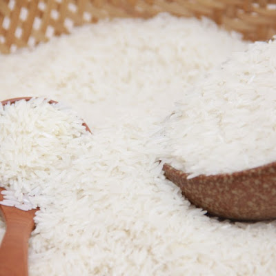 """Giới thiệu Gạo thơm thượng hạng số 2 là giống cao cấp mới được nghiên cứu sản xuất bởi tập đoàn Lộc Trời, cho sản phẩm cơm dẻo vừa hương thơm tự nhiên hậu ngọt và được thị trường người tiêu dùng yêu thích.   Gạo được trồng ở vùng nguyên liệu tập trung, chế biến theo quy trình HACCP châu Âu vượt qua 603 chỉ tiêu khắt khe của Nhật, đảm bảo được nguồn gốc rõ ràng, cam kết chất lượng đến người tiêu dùng: Không đấu trộn Không chất tẩy trắng tạo mùi Không dư lượng hóa chất Chỉ tiêu chất lượng Độ ẩm ≤ 14.5 % Tỷ lệ tấm ≤ 3 %   Thành phần dinh dưỡng trong 1 kg sản phẩm Carbonhydrate ≥ 750 g Protein ≥ 60 g Sắt ≥ 2.5 mg Vitamin B1 ≥ 140µ g Lipid ≥ 1 g   Chúng tôi tạo ra gạo như thế nào? Gạo của Hạt Ngọc Trời được trồng ở vùng nguyên liệu tập trung, cùng quy trình kiểm soát nghiêm ngặt """"từ đồng ruộng đến bàn ăn"""" của người tiêu dùng, vượt qua 603 chỉ tiêu khắt khe của Nhật.   Hướng dẫn sử dụng Vo gạo trước khi nấu Cho vào nước, với mỗi 200 g (01 chén) gạo nấu với 240-300 ml (1,2-1,5 chén) nước (có thể tăng hoặc giảm lượng nước tùy theo khẩu vị) Nấu cơm đến khi cơm chín (khoảng 20 phút), sau đó chờ thêm khoảng 10 phút để cơm ráo Lưu ý : hạn chế mở nắp hoặc đảo cơm khi nấu Hướng dẫn bảo quản Bảo quản nơi khô ráo thoáng mát tránh ánh nắng mặt trời"""