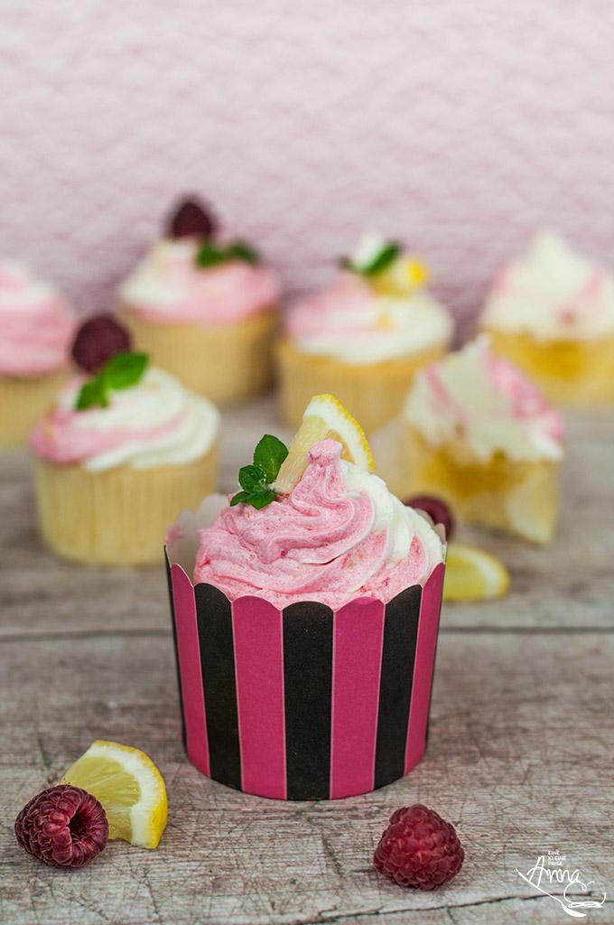 Himbeer-Lemon-Cupcake in einem gestreiften Eisbecher