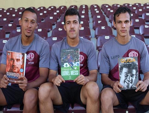Além dos gramados: Ferroviária de Araraquara desenvolve sua biblioteca para jogadores e comunidade