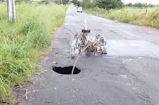 http://vnoticia.com.br/noticia/2628-asfalto-cede-na-rj-232-e-abre-cratera-sobre-manilhas-do-rio-guaxindiba