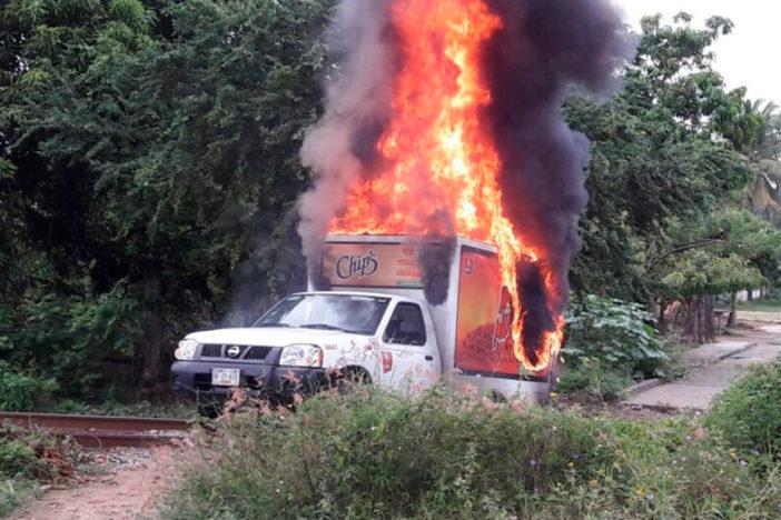 Normalistas de Michoacán bloquean vías del tren, queman vehículos y se enfrentan a policías