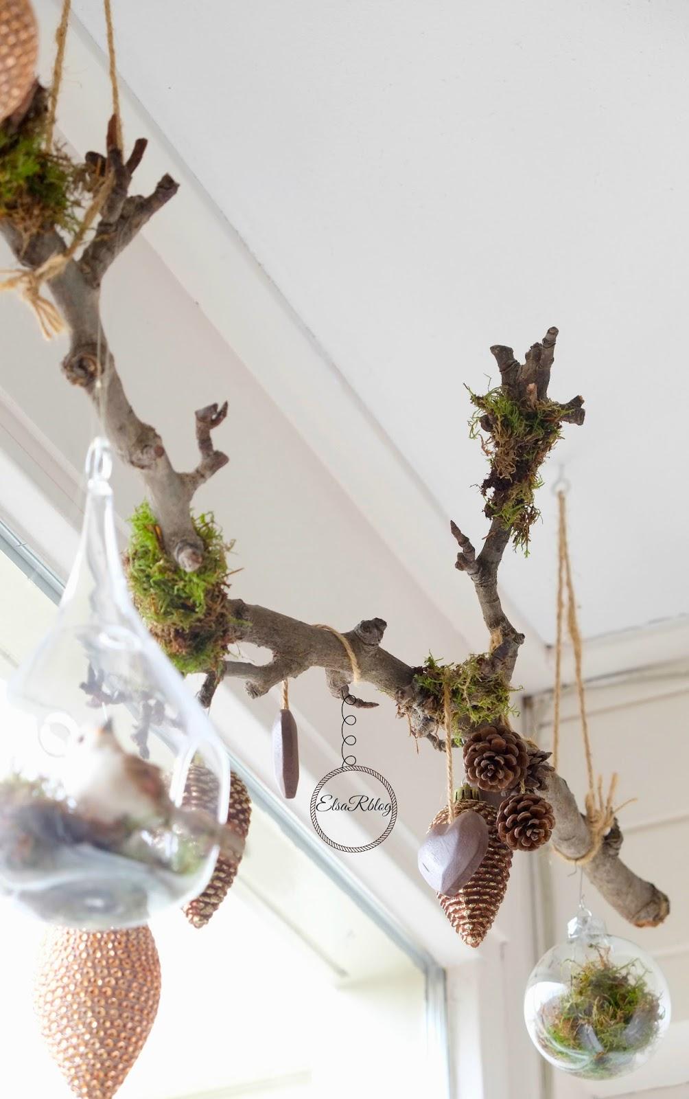 Voor bij het raam: Maak 2 haken aan plafond vast en vervolgens een touw om de tak om op te hangen.