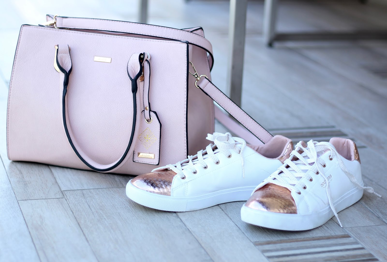 Rosafarbene Handtasche von Aldo und roségold-weiße Dockers: Fashion Friday in Goldbraun - sportlich elegante Mode für Stadt und Büro und ein paar Gedanken zum Thema Selbstliebe