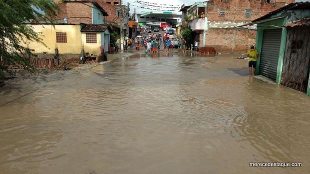 Ruas ficam alagadas, água invade casas e arrasta móveis após fortes chuvas em Bezerros
