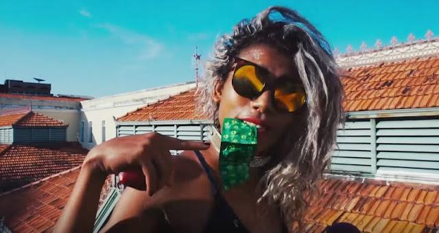 Leona Vingativa lança clipe divertido em que fala sobre importância da camisinha