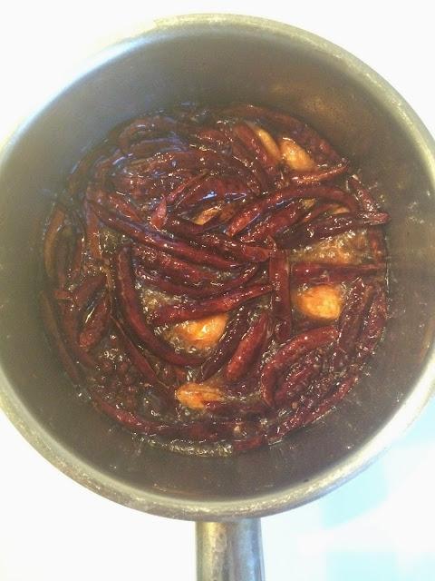 Krydderier i den varme olie