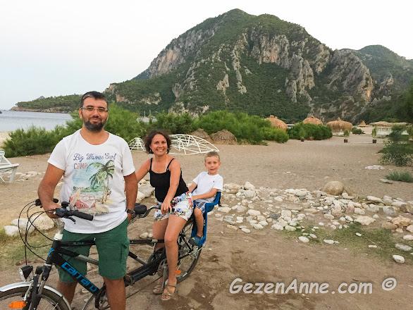 Çıralı'da aile boyu bisikletle anne, baba, çocuk olarak turlarken, Olimpos Antralya