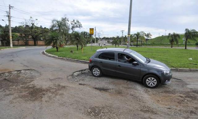 Buracos de até meio metro causam acidentes na MG020 em Santa Luzia