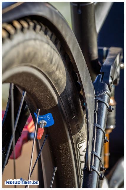 Selbst in Kombination mit der Plus-Bereifung bleibt noch genügend Platz zwischen Spritzschutz und eBike-Reifen