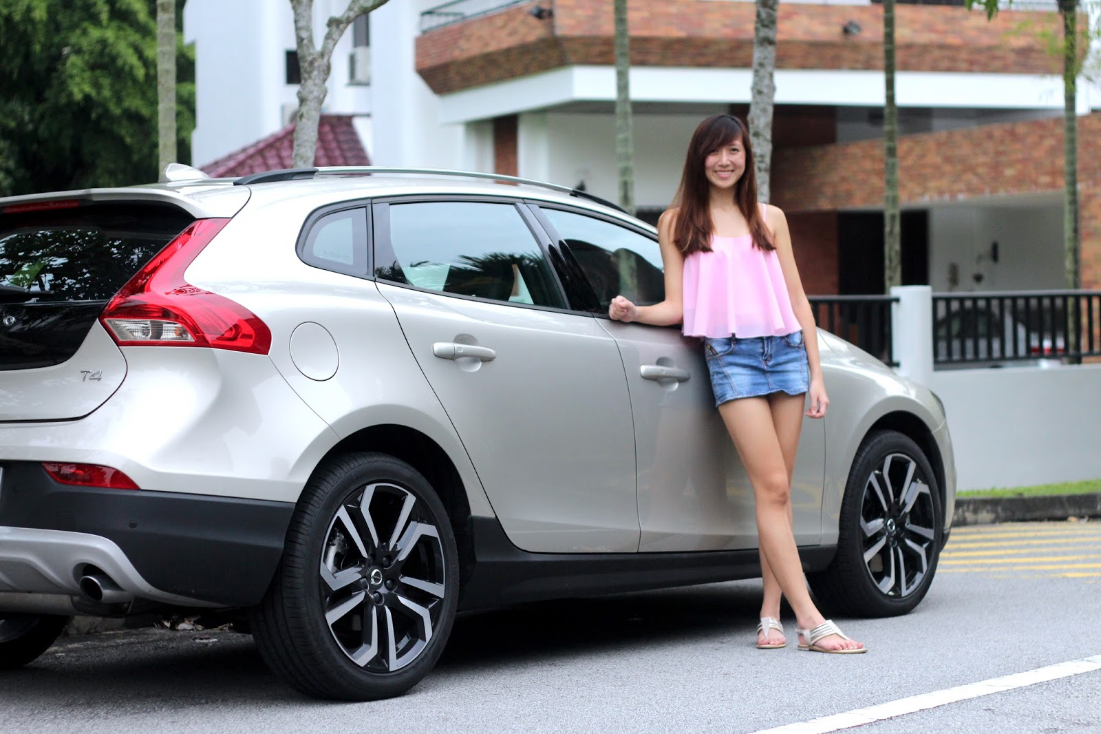 Volvo V40 Cross Country Review   The New Face of Volvo   Kaiting Hearts The New Volvo V40 Cross Country comes with a Dynamic chassis and is 40mm  higher than that of the Volvo V40  The rigid body and low centre of gravity  promote
