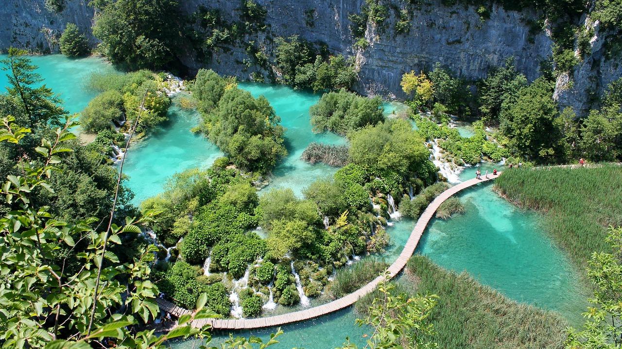 Gdzie warto pojechać na wakacje 2018 Chorwacja Jeziora Plitwickie